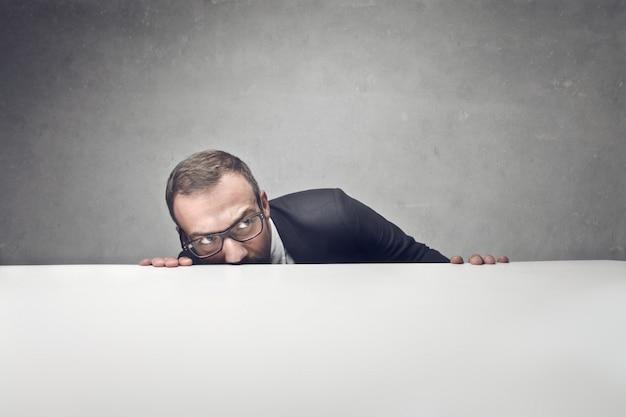 Se cacher et être couvert dans le travail Photo Premium