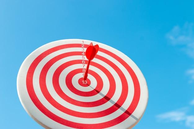Se dépêcher d'atteindre l'objectif avec une précision absolue, les deux représentent donc un défi pour le marketing d'entreprise. Photo Premium