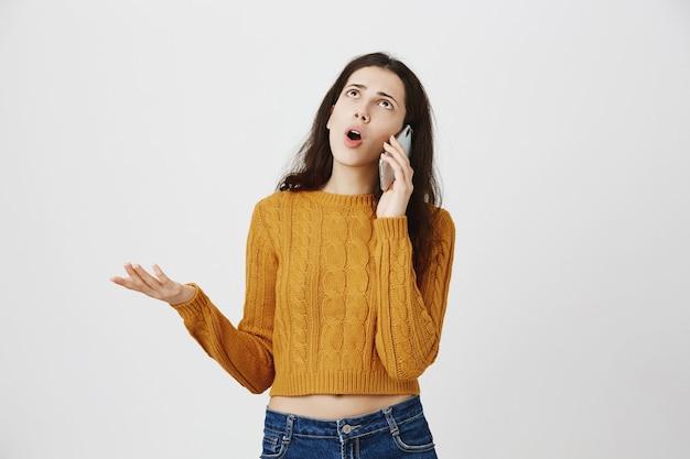 Se Plaindre Fille Frustrée Se Disputer Sur Appel Téléphonique, Parler Et Rouler Les Yeux Bouleversé Photo gratuit