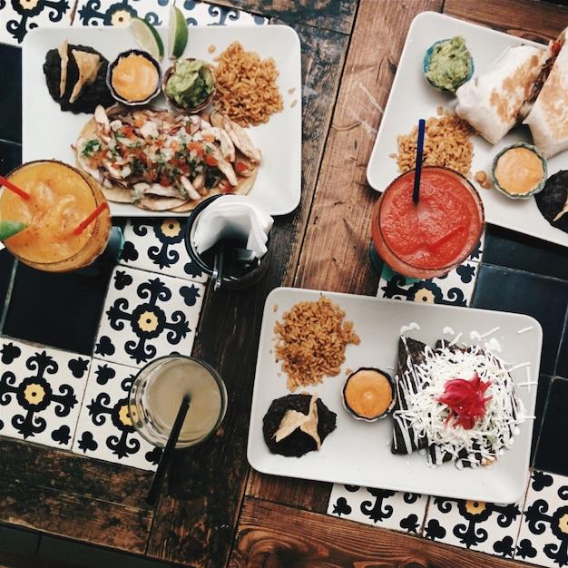 Se régaler avec des amis dans un restaurant mexicain Photo gratuit