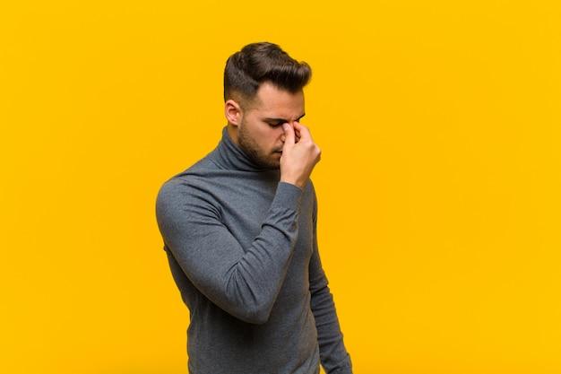 Se Sentir Stressé, Malheureux Et Frustré, Toucher Le Front Et Souffrir De Migraine De Maux De Tête Sévères Photo Premium