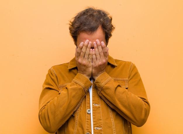 Se Sentir Triste, Frustré, Nerveux Et Déprimé, Se Couvrir Le Visage Des Deux Mains, Pleurer Photo Premium