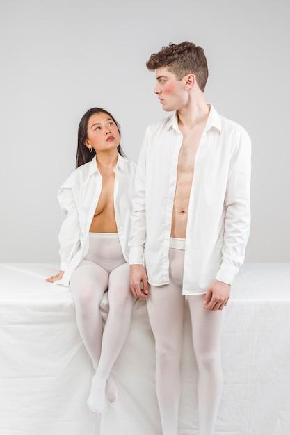 Séance photo boudoir avec des modèles en blanc Photo gratuit