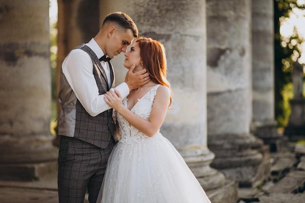 Séance photo de mariage pour jeune couple à l'extérieur Photo gratuit