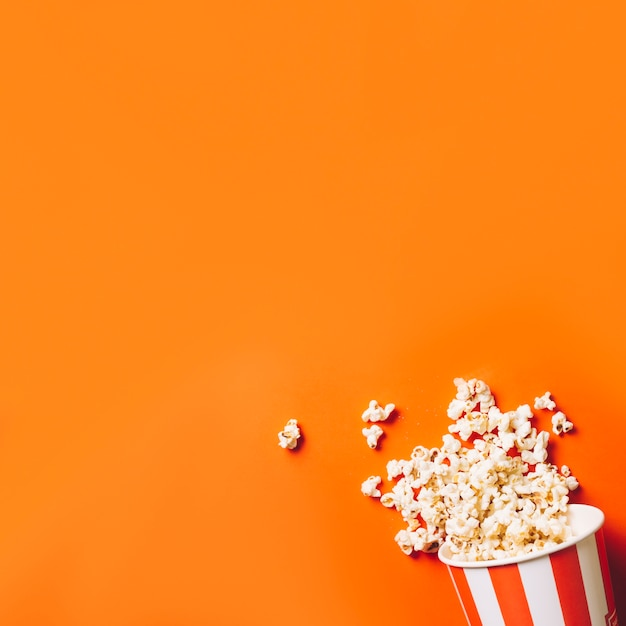 Seau avec du pop-corn renversé Photo gratuit