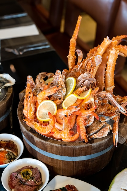 Seau de fruits de mer sur glace Photo Premium