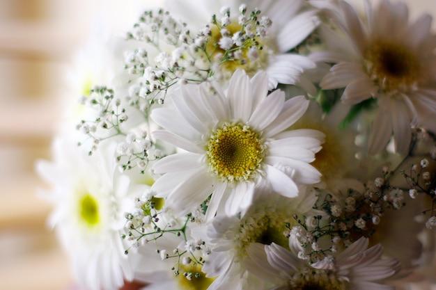 Seau de mariage de fleurs blanches Photo gratuit