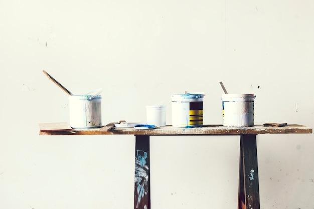 Seau de peinture sur la table Photo Premium