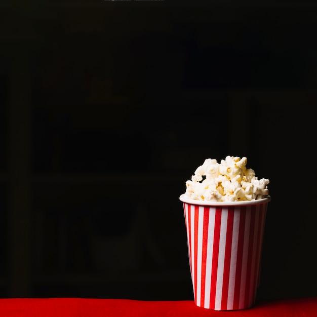 Seau de popcorn au cinéma Photo gratuit