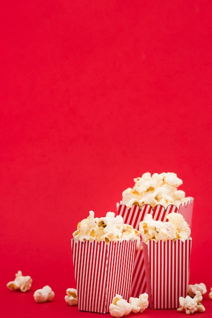 Seaux De Pop-corn Vue De Face Sur Fond Rouge Photo gratuit