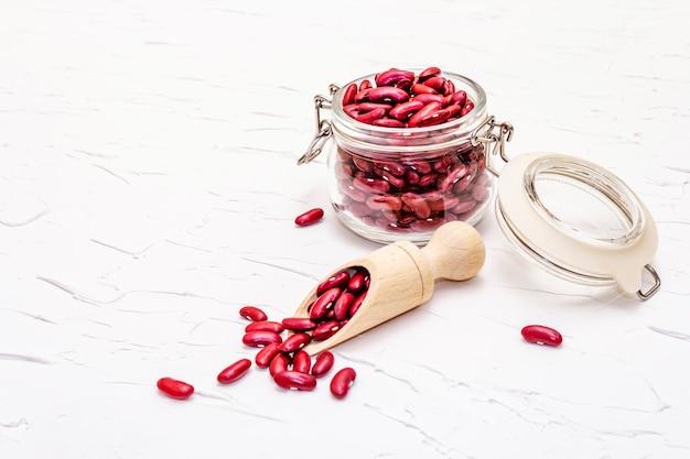 Séchez Les Haricots Rouges Ou Les Haricots Rouges Dans Un Bocal En Verre. Une Précieuse Source De Protéines Pour Une Alimentation Végétalienne Saine. Photo Premium