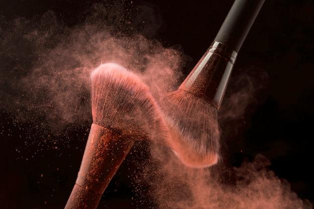 Secouant les brosses dans le nuage de poudre Photo gratuit