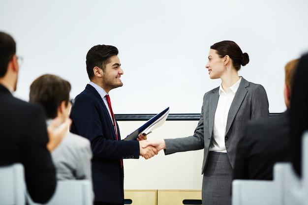 Secouant la main de l'orateur Photo gratuit