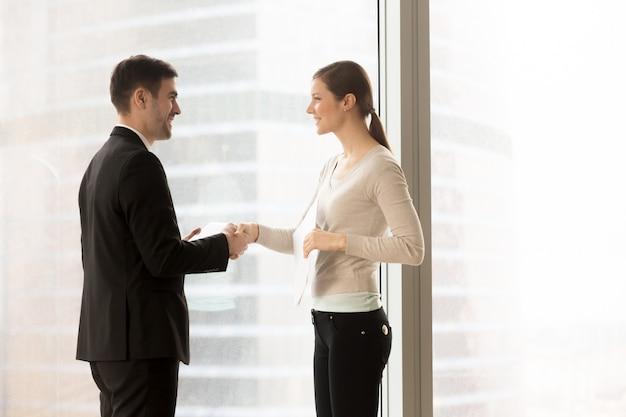 Secrétaire de l'entreprise rencontre le client au bureau Photo gratuit