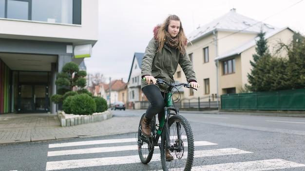 Section basse, femme, vélo, rue Photo gratuit