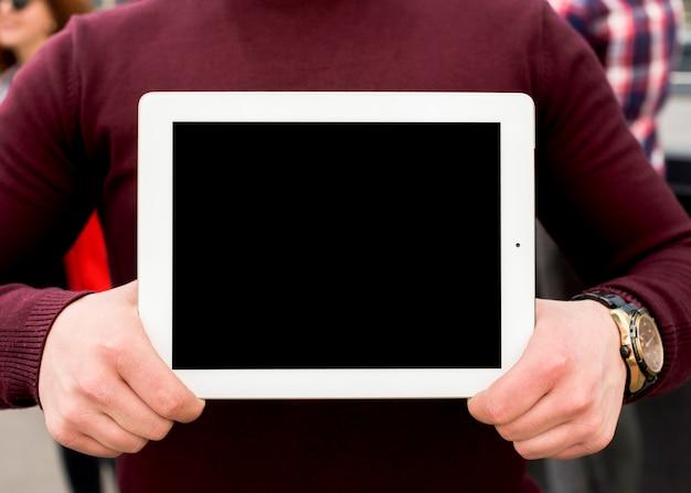 Section médiane d'un homme montrant une tablette numérique à écran blanc Photo gratuit