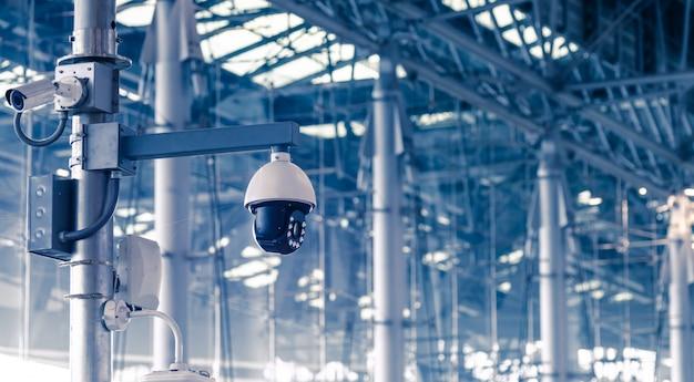 Sécurité, caméra de vidéosurveillance dans l'immeuble de bureaux Photo Premium