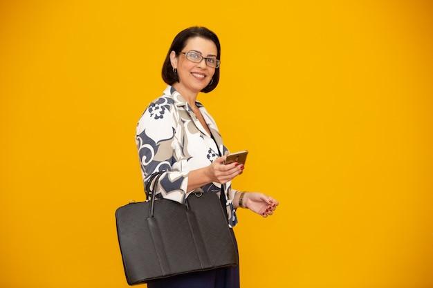 Séduisante Femme D'affaires Mature Travaillant Avec Son Téléphone Portable Photo Premium