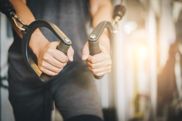 Séduisante jeune bodybuilder déchiré dans la salle de gym. Photo Premium
