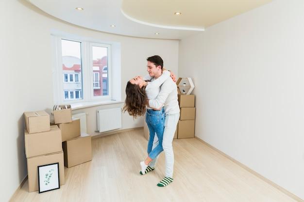 Séduisante jeune couple appréciant passer du temps ensemble dans leur nouvelle maison Photo gratuit
