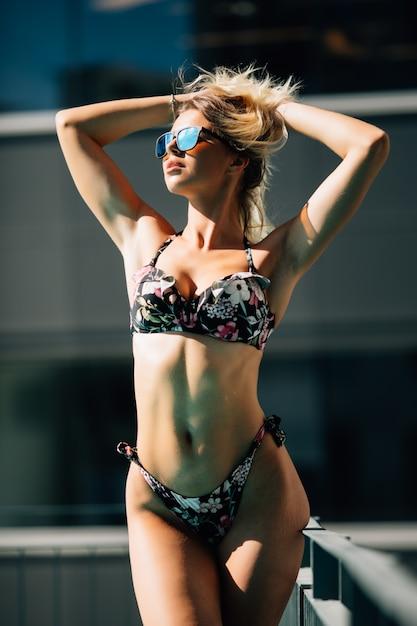 Séduisante Jeune Et Femme En Bikini Noir Au Bord De La Piscine. Photo gratuit