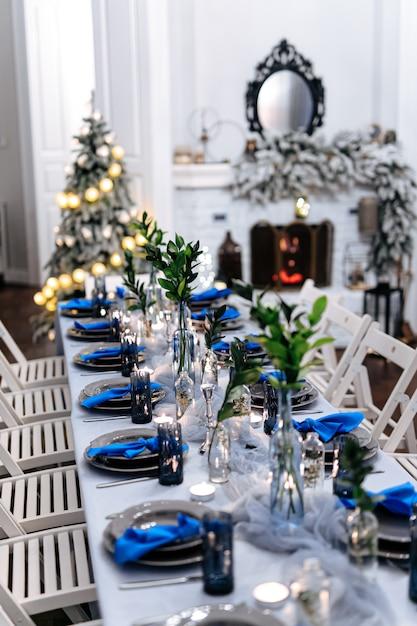 Séjour Avec Table, Cheminée Et Sapin De Noël Photo Premium