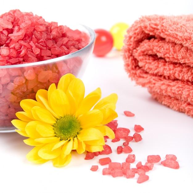 Sel de bain, serviettes et fleur jaune Photo Premium