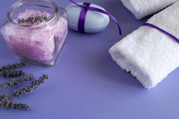 Sel De Lavande, Savon Et Serviettes Blanches Sur Fond Violet Photo Premium