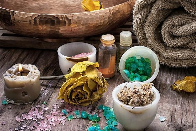 Sel de mer et accessoires pour des séances de spa revigorantes Photo Premium