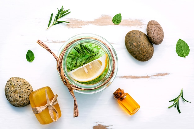 Sel de mer aromatique aux herbes aromatiques sur une table en bois blanche. Photo Premium