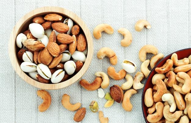 Sel de noix de cajou et amandes sur la nappe. Photo Premium