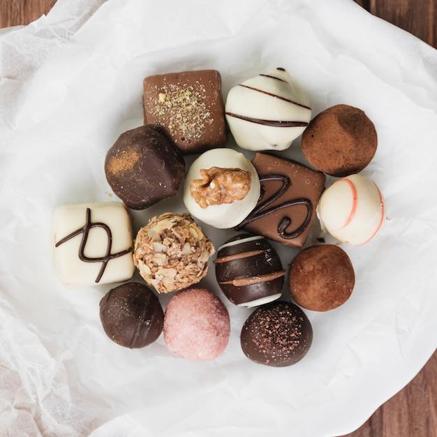 Sélection de chocolat vue du dessus sur une assiette Photo gratuit