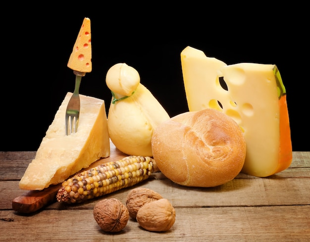 Sélection de fromage sur une table en bois Photo Premium