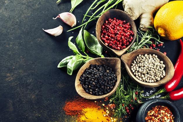 Sélection d'herbes et d'épices Photo Premium