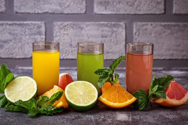 Sélection de jus d'agrumes frais. boissons de désintoxication. mise au point sélective Photo Premium