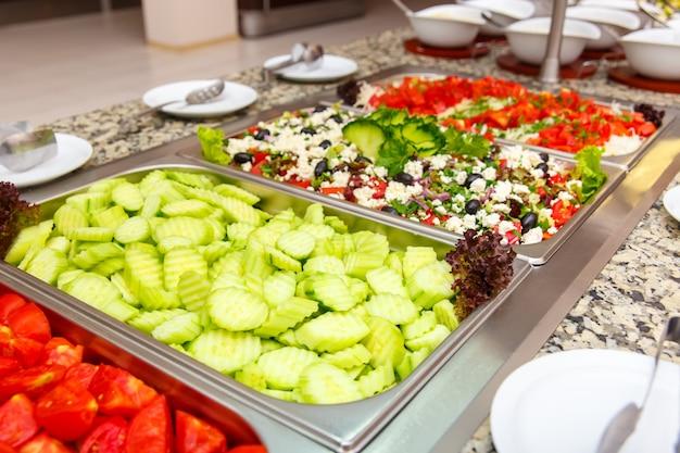 Sélection de salades dans un restaurant d'hôtel Photo Premium