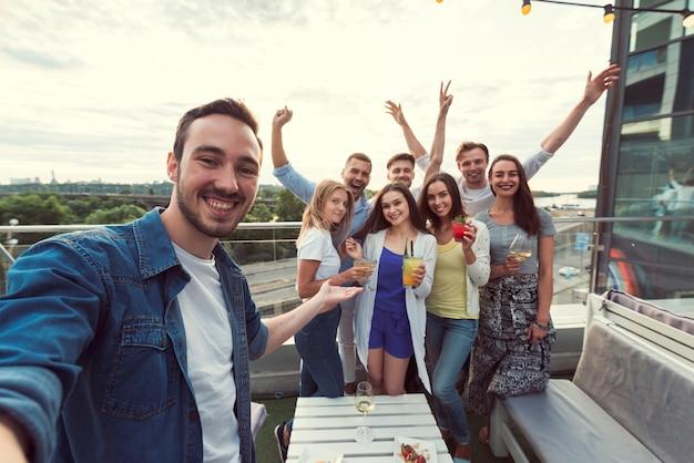Selfie d'amis lors d'une soirée Photo gratuit