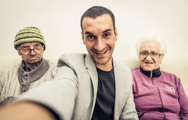 Selfie En Famille Avec Grands-parents Photo Premium