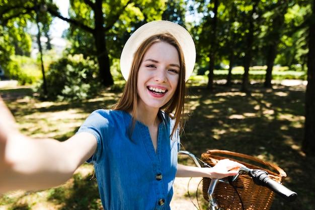 Selfie d'une femme avec son vélo Photo gratuit