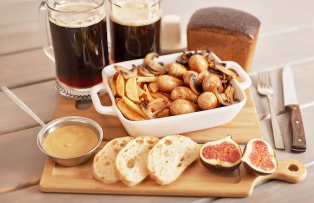 Selyansky Pommes De Terre Avec Des Saucisses Et De La Bière Brune Pour Oktoberfest Photo Premium