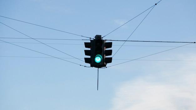 Semaphore suspendu au-dessus de l'intersection des routes Photo gratuit
