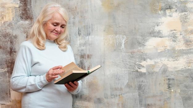 Senior Avec Agenda Debout à Côté De La Fenêtre Gelée Photo gratuit