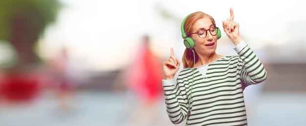 Senior belle femme écoutant de la musique avec un casque Photo Premium