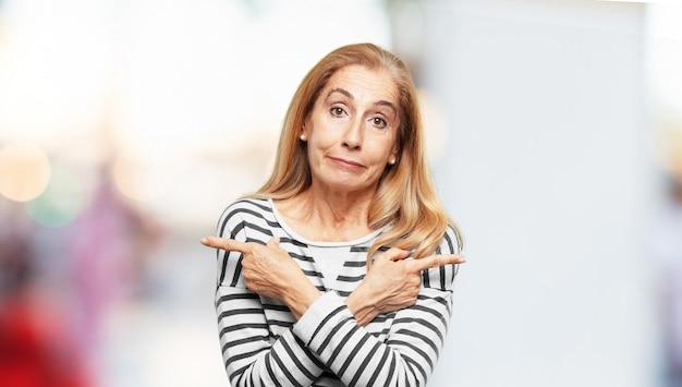 Senior belle femme exprimant un concep Photo Premium