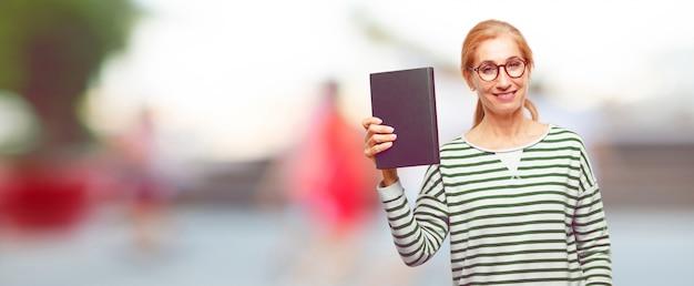 Senior belle femme avec un livre Photo Premium