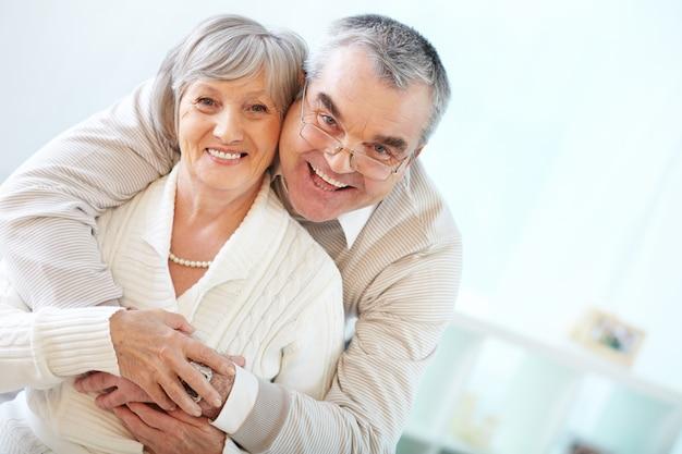 Senior couple embrassant Photo gratuit