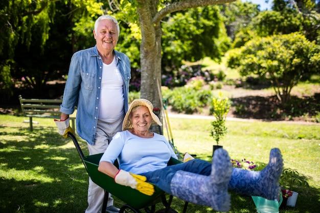 Senior couple jouant avec une brouette Photo Premium