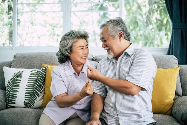 Senior couple jouant ensemble au salon Photo gratuit