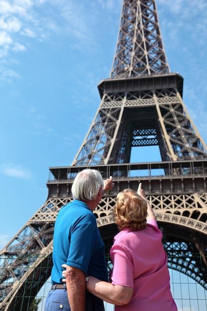 Senior couple montrant la tour eiffel à paris Photo gratuit