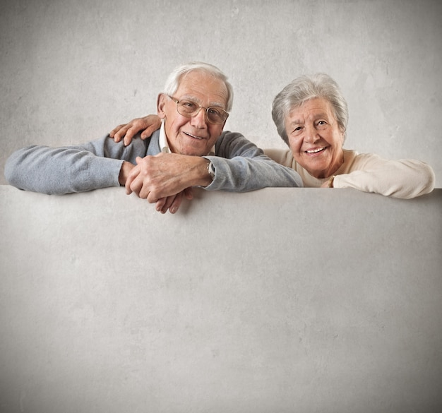 Senior Couple Tenant Avec Un Tableau Blanc Photo Premium